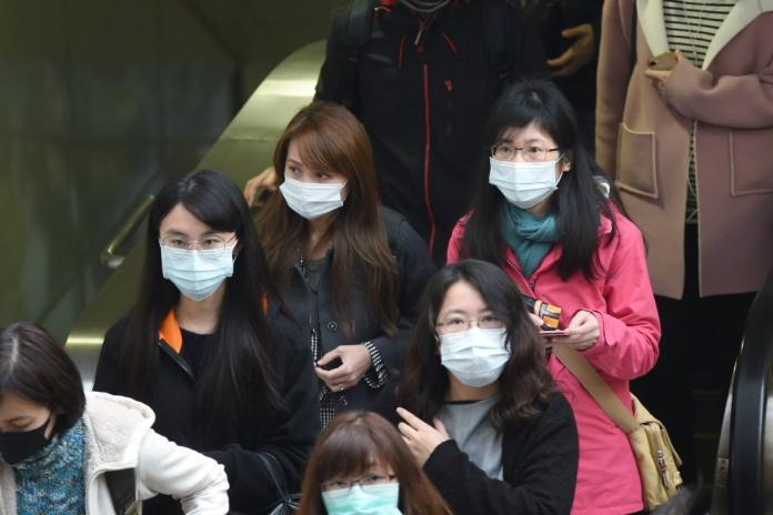 ▲如果真的怎麼戴都會起霧,那就在戴之前「鼻子壓條反摺再戴」,真的會有用。(示意圖/記者陳明安攝)