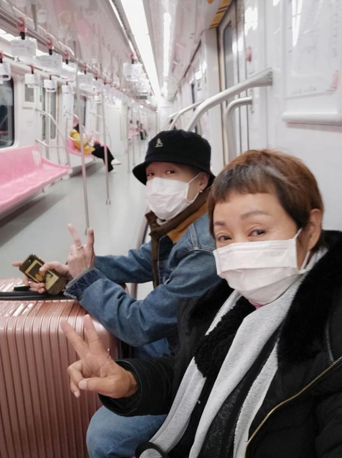 <br> ▲鮑正芳戴著口罩,車廂內相當冷清。(圖/翻攝臉書)