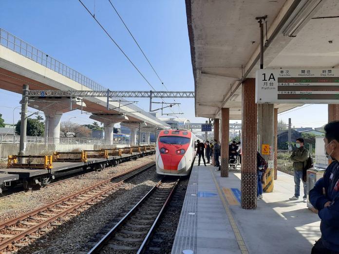 ▲台鐵 110 次普悠瑪列車,今( 20 )日 09:49 進烏日站時撞擊落軌民眾。(圖/台鐵)