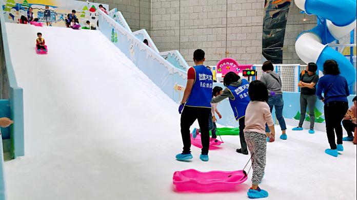 ▲ 可以坐在特製的雪圈及雪盆享受從4米高滑道上滑下的刺激快感。(圖/記者陳美嘉攝)
