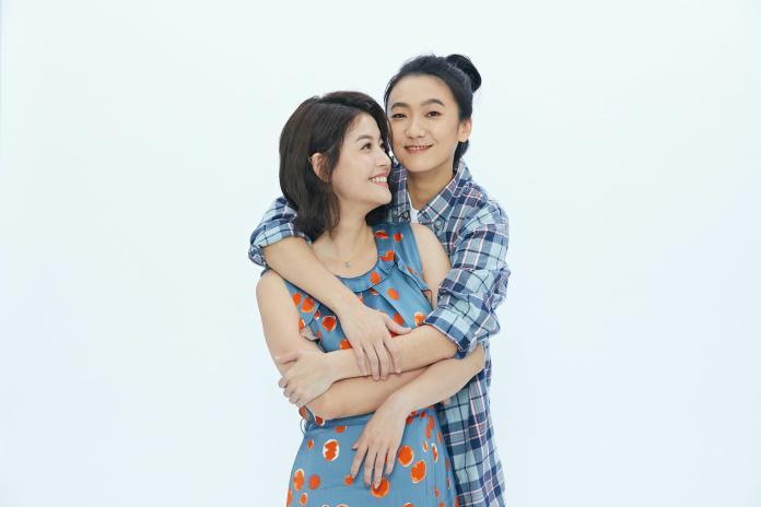 <br> ▲王樂妍(左)被趙逸嵐使勁摟腰羞紅臉。(圖/故事工廠提供)
