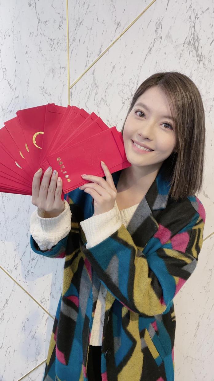 <br> ▲王樂妍開工狂灑自製的「幸福鼠於你」紅包。(圖/故事工廠提供)