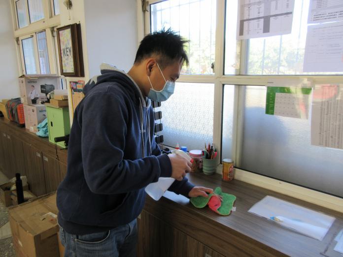 <br> ▲文德國小針對學校教室環境消毒。(圖/記者陳雅芳攝,2020.01.31)