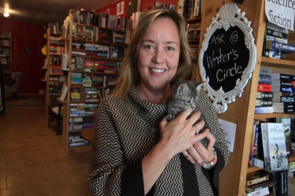 <br> 書店老闆艾倫與動物救援組織合作,引進小貓當店貓,讓前來的客人買書也可以順便撸貓認養回家(圖/cbc.ca)