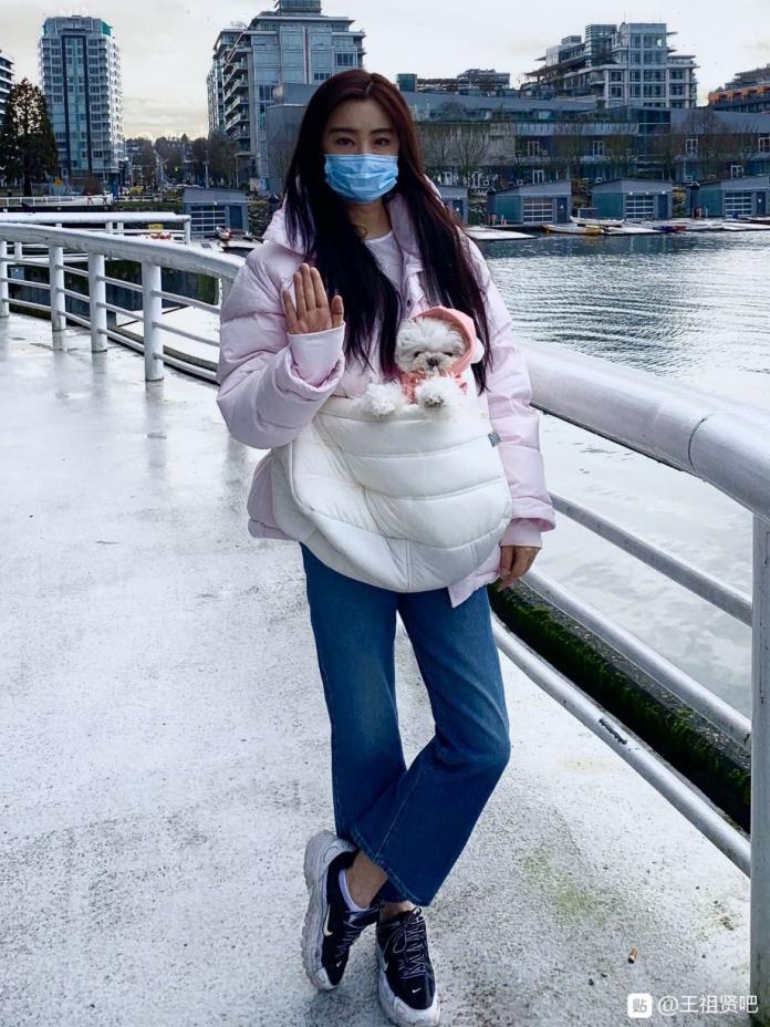 ▲王祖賢戴口罩、雙手合十替肺炎受難者祈福。(圖/百度貼吧)