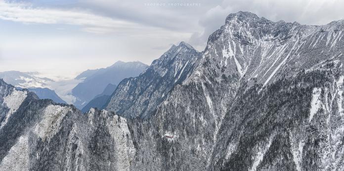 山友拍下玉山主北峰、郡大山、西巒大山,雪白美景十分壯觀。(圖片提供Yao Zhou)