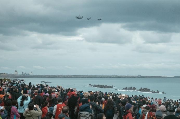 ▲ 空軍第五聯隊1日編成5機大雁隊形通過太平洋公園南濱廣場。(空軍第五聯隊提供)