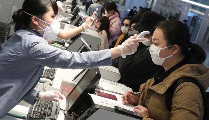 ▲防疫一線地點,如醫院、機場等,因為接觸的人事物太多,部分工作人員口罩和手套都會配戴。若是身處有疫情的地區,即使不是醫院或機場,也要注意手部和日常環境清潔。(圖/美聯社/達志影像)