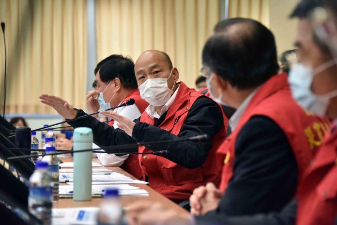 ▲有感於市面上口罩需求量不足,韓國瑜說,目前以醫療機構、第一線實際從事防疫的人員優先供應。(圖/高市府提供)