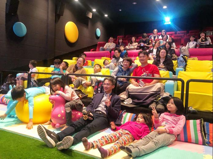 ▲ in89駁二電影院全新打造「BOOM BOOM影廳」鋪設草皮、跳跳馬、大龍球供兒童玩樂。(圖/記者陳美嘉攝)