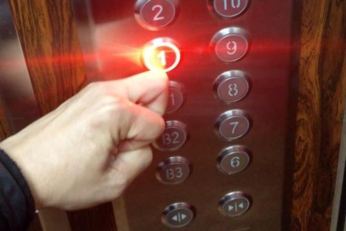 ▲男子分享用指關節按電梯,避免手指觸碰的方法。(圖/翻攝爆廢公社)