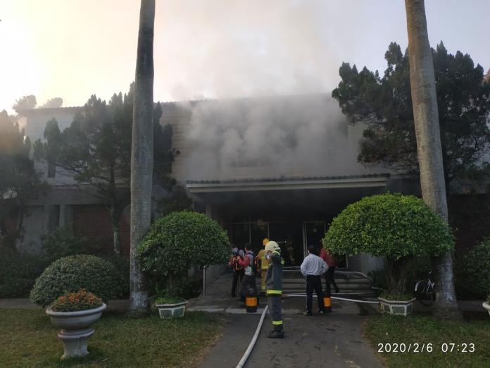 嘉義縣私立協同中學行政大樓起火燃燒。