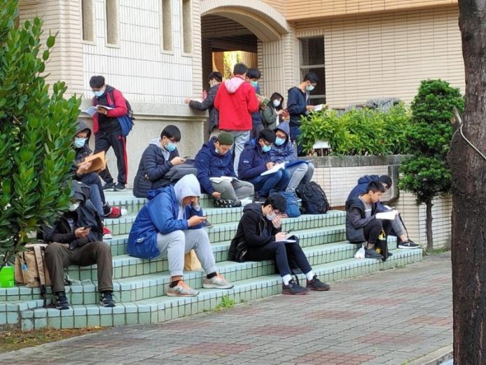 高雄中山大學109學年度碩班考試,因應武漢肺炎疫情險峻,考生個個都配戴口罩應試。