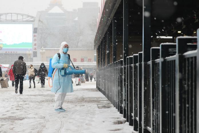▲武漢肺炎自去年年底迅速擴散,確診、死亡人數陸續增加。圖為近日北京車站進行消毒措施。(圖/美聯社/達志影像)