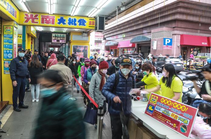 ▲零售店光南大批發商場發放免費口罩,吸引民眾大排長龍。(圖/記者葉政勳攝 , 2020.02.07)