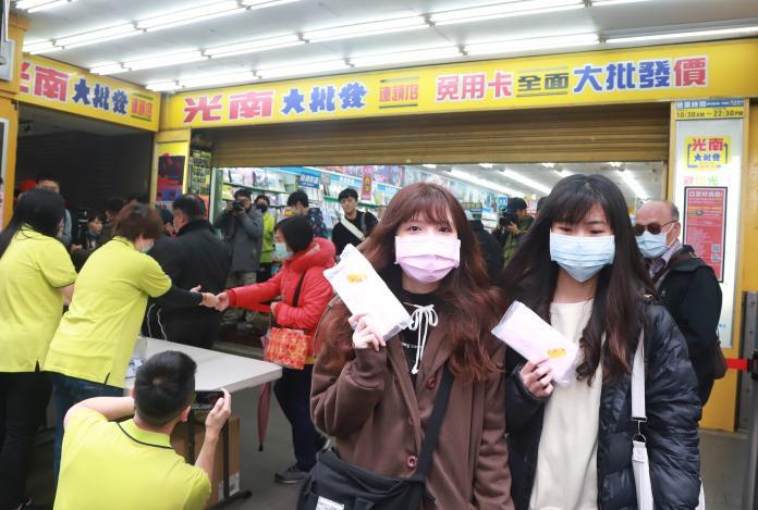 ▲零售店光南大批發商場發放免費口罩,吸引民眾大排長龍