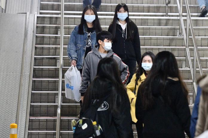 ▲自主健康管理為,如需外出應全程配戴外科口罩。(圖/NOWnews資料畫面)