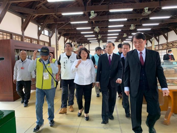 法務部長蔡清祥(右2)、嘉義市長黃敏惠(右2)等人一起視察嘉義舊監獄,宣示防制武漢肺炎疫情。