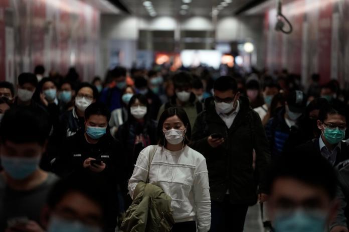 ▲武漢新型冠狀病毒疫情仍在持續擴散。圖為近日香港民眾戴口罩搭乘大眾運輸。(圖/美聯社/達志影像)