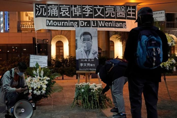 ▲許多中國大陸民眾,包含香港人在內,皆對李文亮醫師的過世感到不捨。(圖/美聯社/達志影像)