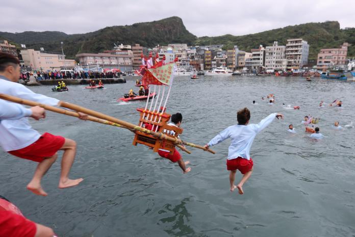 神明淨港文化祭歡慶元宵 侯友宜目睹百位勇士跳水祈好運