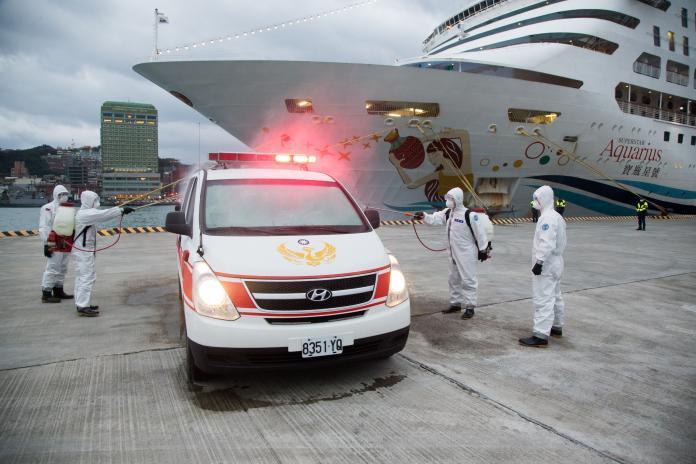 影/<b>寶瓶星號</b>郵輪進基隆港 化學兵支援消毒接駁車輛