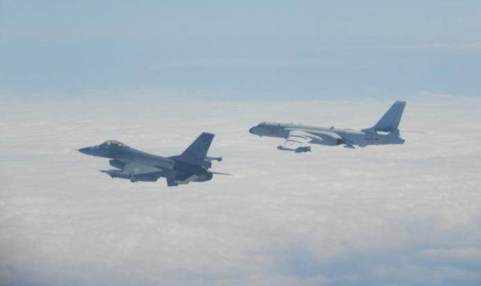 共軍九日上午11點左右,派遣殲11、空警500、轟6等軍機行經台灣海域附近,國防部也隨即派遣掛有飛彈的F16一路跟隨。