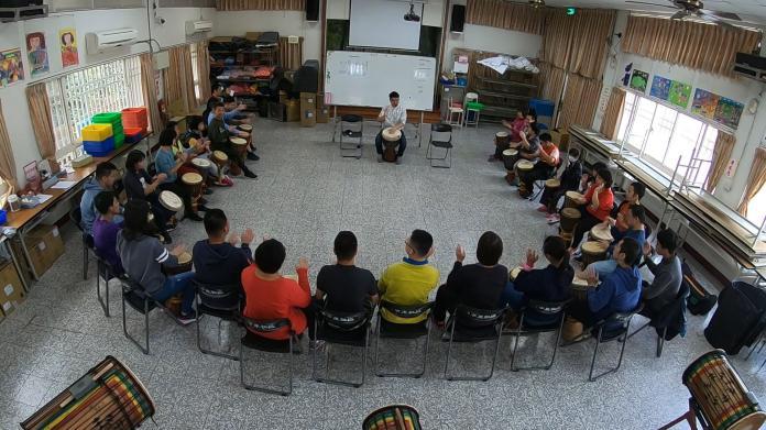 <br> ▲愛啟兒協會的慢飛天使一起練習非洲鼓。(圖/記者陳雅芳攝,2020.02.09)