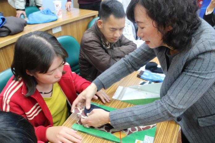 <br> ▲愛啟兒協會透過賣手工襪當經濟來源。(圖/記者陳雅芳攝,2020.02.09)