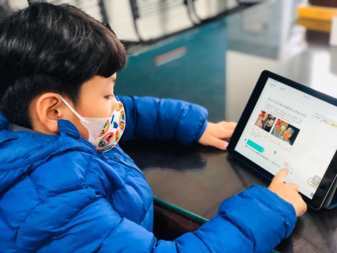 <br> ▲東山國小教務體系導引小球員善用教育部因材網科技輔助自主學習,讓學習不中斷。(圖/記者陳雅芳攝,2020.02.09)