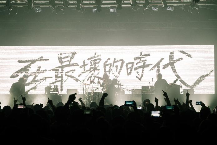 強制戴口罩入場 樂團開唱狂譙「踐踏民主的人」