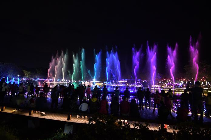 <br> ▲夜晚又有燈光藝術與水舞演出,入夜後人潮仍然不歇。(圖/記者陳雅芳攝,2020.02.09)