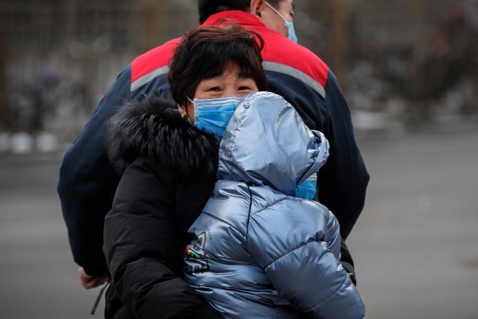 ▲ 2019 新型冠狀病毒疫情目前仍在攀升,圖為近日北京戴口罩出門的家庭。(圖/美聯社/達志影像)