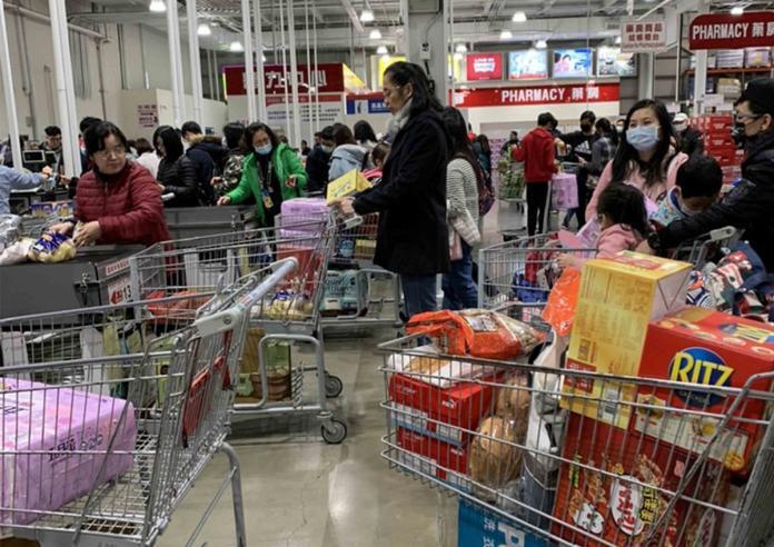 台灣美式賣場好市多9日表示,觀察尿布、衛生棉銷售情形正常,衛生紙銷售速度確實是比一般快很多,過去可供應一整天的貨量,這陣子傍晚4、5時就會銷售一空,圖為到了晚上結帳區仍有多名消費者購買衛生紙。(民眾提供)中央社記者蔡芃敏傳真  109年2月9日
