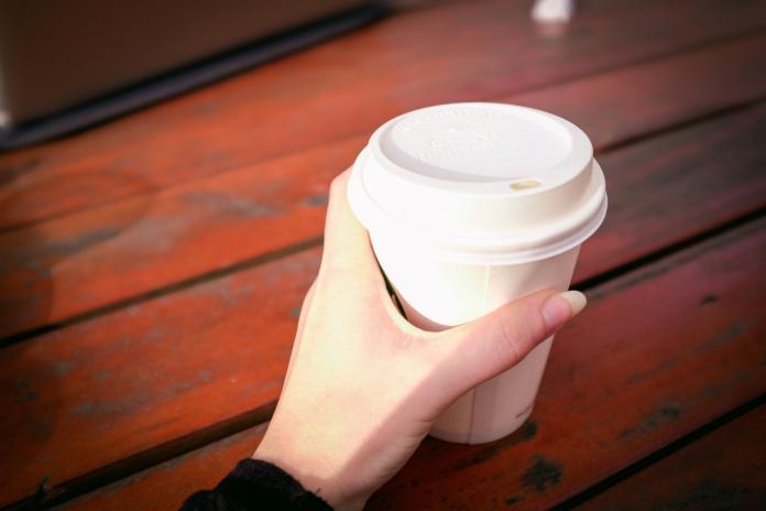 ▲限塑政策實施後,許多超商不提供吸管,將飲料改成杯蓋設計。。(示意圖/取自 photoAC )