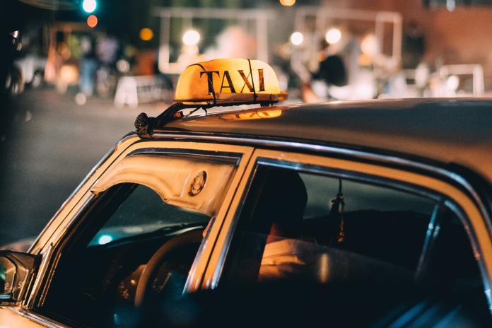 ▲計程車司機分享,乘客看到他沒有口罩用,竟無私做出一個暖心舉動。(示意圖,非當事人/取自 Unsplash )