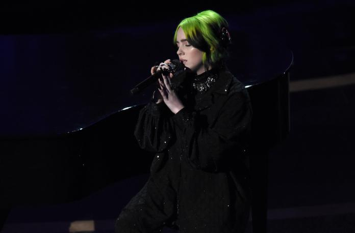 ▲歌手怪奇比莉演唱披頭四樂團的經典歌曲《Yesterday》。(圖/美聯社)