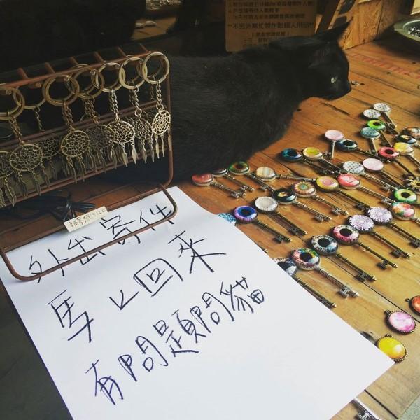 <br> 一次張老闆外出寄件,妮妮不肯進店裡,只好讓牠在門口顧攤並寫下紙條告知客戶,沒想無意間吸引許多客人上門「問事」(圖/About Dream 關於夢想授權提供)