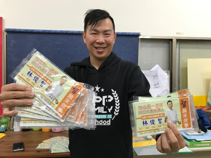 <br> ▲曾經參選竹北市民代表的林俊智,將自己2000片的選舉口罩捐出。(圖/記者金祐妤攝,2020.2.10)