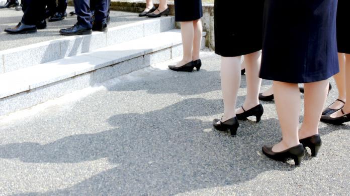 部分日本企業會強制女性上班時必須穿著高跟鞋,其中3至5公分的鞋跟被認為是最具職場禮貌的。 圖/取自PhotoAC
