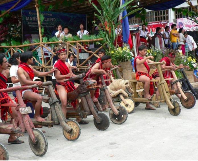 <br> 族人於自行雕刻木車大型比賽上展現英姿。(IG/rico_de_montmirail)
