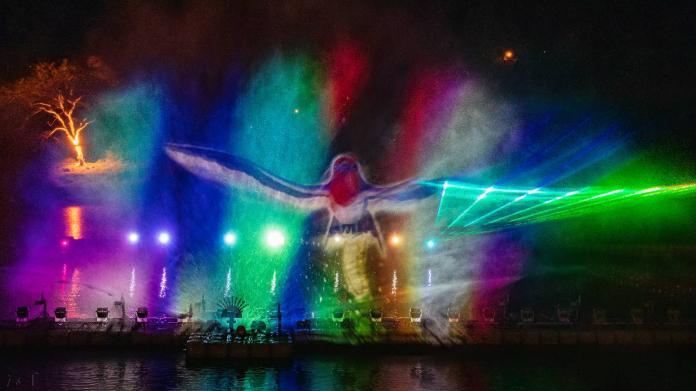 <br> ▲2020碧潭水舞將於本周五(14日)晚上6點半時啟用,為期兩個月,每逢整點和半點演出,今年首次以「光雕雷射」交織水舞。(圖/新北市觀光旅遊局提供)