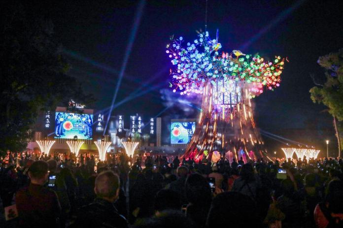 台灣燈會光之樹點亮夜空 民眾大讚史上最精采