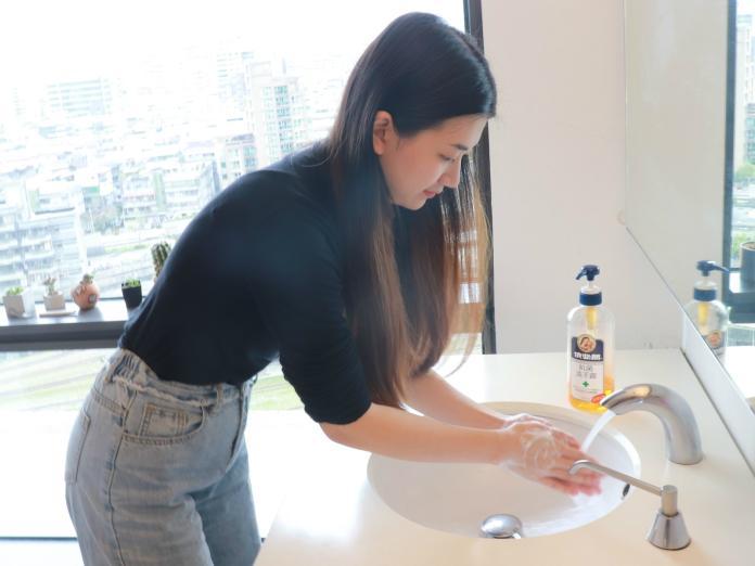 新聞照片1_蝦皮購物推出「騎人節快樂!啊斯」情趣用品6折起活動,同步設「抗菌大作戰」專區,提醒民眾除了配戴口罩外,要正確洗手才能有效防疫
