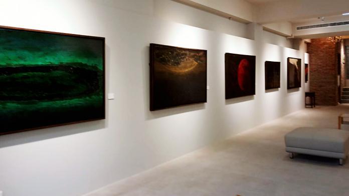 ▲ 阮春綠漆畫作品個展,展出星球與微塵兩個系列共34件作品。(圖/記者陳美嘉攝)