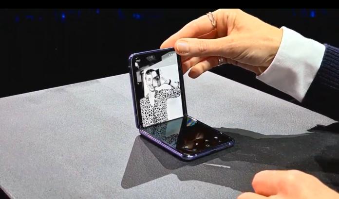 <br> ▲三星手機Galaxy Z Flip分割畫面模式展示。(取自「三星Galaxy Unpacked 2020」發表會直播)
