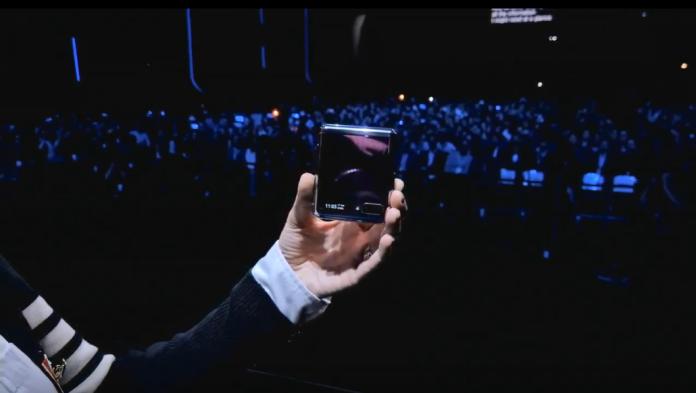 <br> ▲三星手機Galaxy Z Flip折疊起來像一個正方形,非常方便攜帶。(取自「三星Galaxy Unpacked 2020」發表會直播)