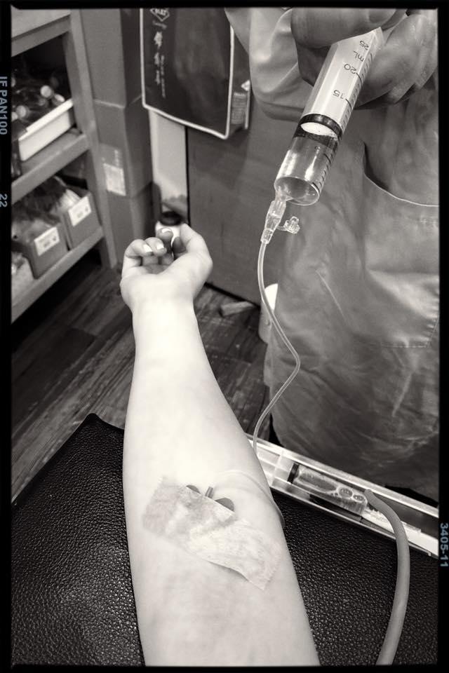 <br> ▲賈靜雯4日上傳打點滴照片,透露自己重病3天,出現失聲、咳嗽等症狀。(圖/臉書)