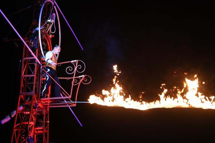 台灣燈會馬戲團高空特技 民眾大呼過癮