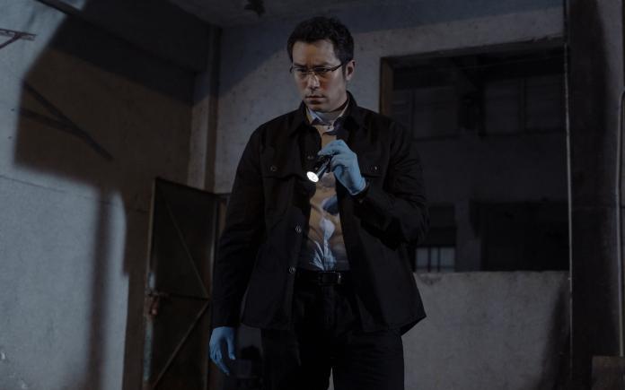 ▲張孝全在新作《誰是被害者》中飾演患有亞斯伯格症的鑑識官⽅毅任。(圖/Netflix提供)
